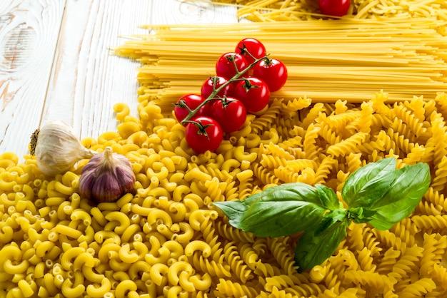 Gekrulde pasta en basilicum blad op tafel