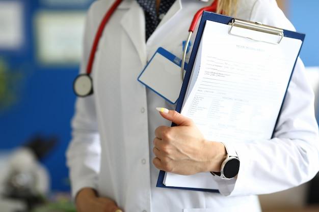 Gekwalificeerde dokter werknemer in kantoor