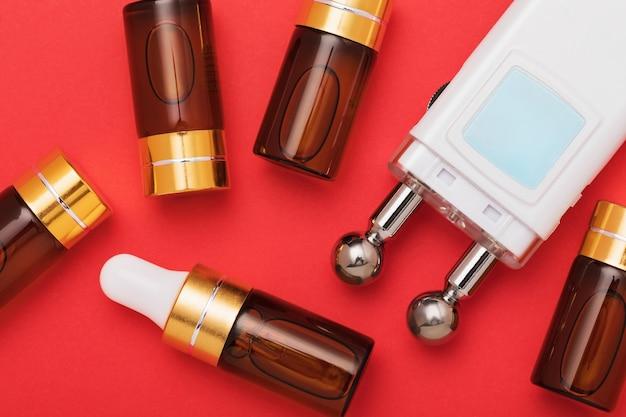Gel en apparaat voor microstroomstimulatie van gezichtsspieren op een rood oppervlak