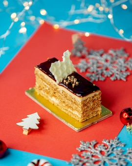 Gelaagd cakestuk bedekt met chocoladeglazuur