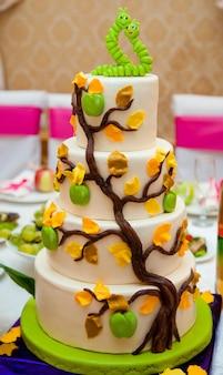 Gelaagde cake versierd met zoete groene wormen in de liefde