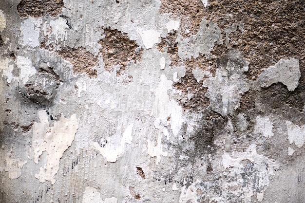 Gelaagde muurerosie met bakstenen. textuur van een oude bakstenen muur.