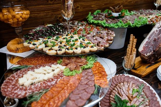 Gelaagde stands met verschillende soorten gesneden vlees