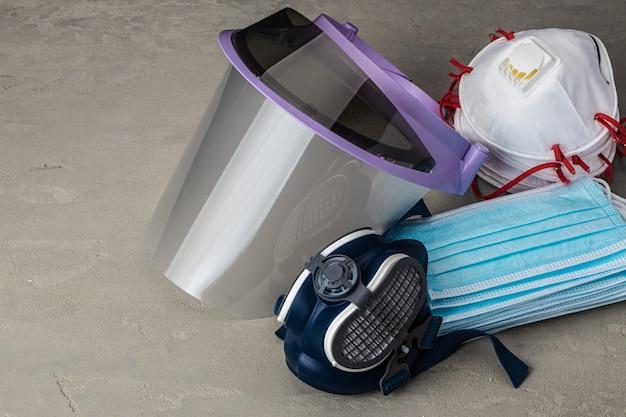 Gelaatsscherm en medische gezichtsmaskers. bescherming tegen coronavirusconcept