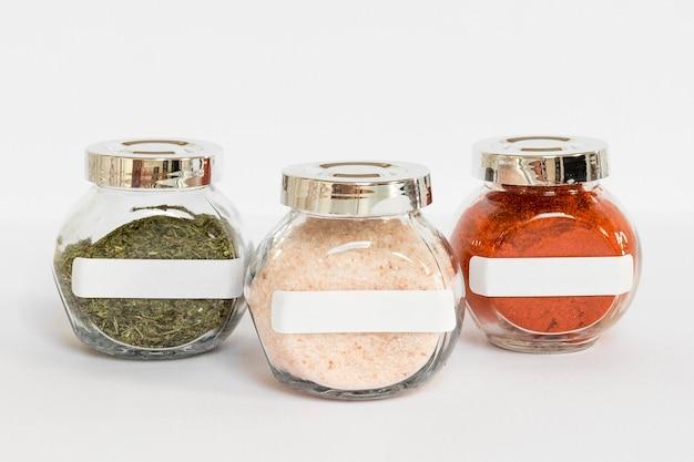 Gelabelde potten met kruidenregeling