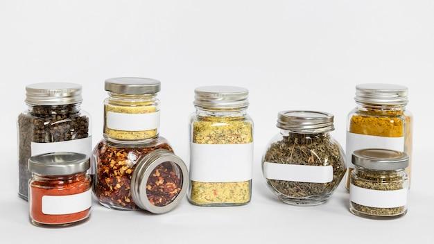 Gelabelde potten met verschillende kruiden