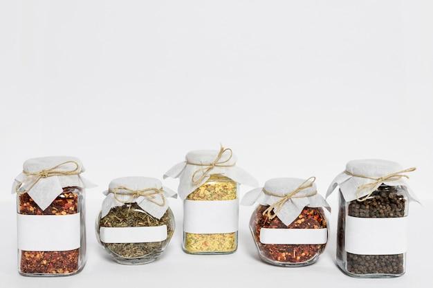 Gelabelde potten met verschillende specerijen