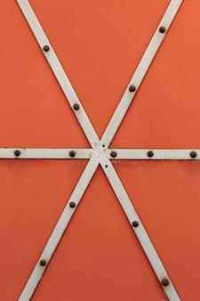 Gelaste metalen strips met roestige klinknagels