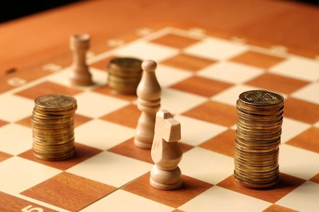 Geld als munten zijn gouden munten op het concept van schaakbordfinanciën