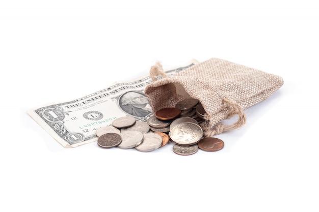 Geld, amerikaanse dollars bankbiljetten, cent, nikkel, dubbeltje, kwart op wit