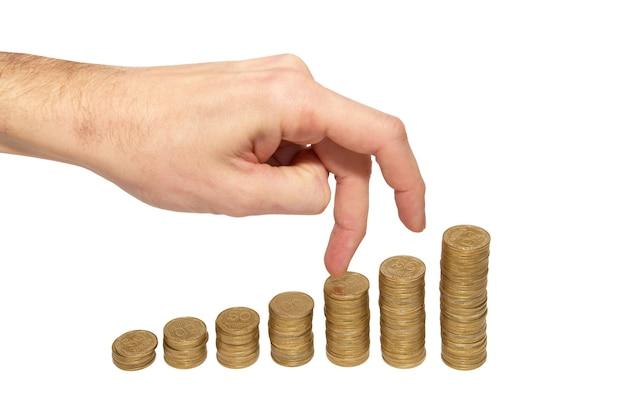 Geld bedrijfsconcept klimmen hand op gouden muntstuk trap geïsoleerd op wit