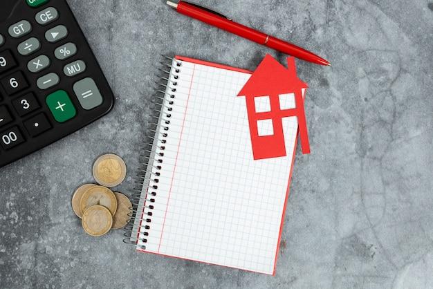 Geld besparen gloednieuw huis, abstract kopen, verkopen van onroerend goed, ideeën voor het budgetteren van huishoudens, eersteklas locatie-idee voor huisvesting, kosten voor woninguitbreiding, kosten voor vastgoedontwikkeling