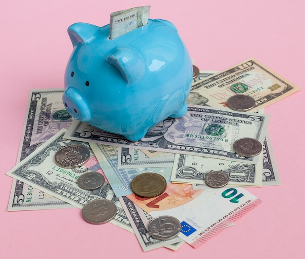 Geld besparen in piggy bank