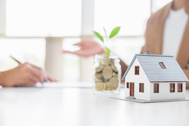 Geld besparen om in de toekomst in huis of onroerend goed te investeren.
