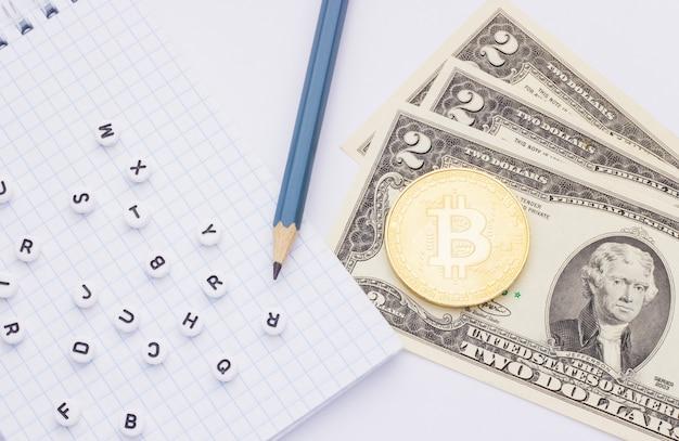 Geld (bitcoin) en laptop met letters op een witte achtergrond