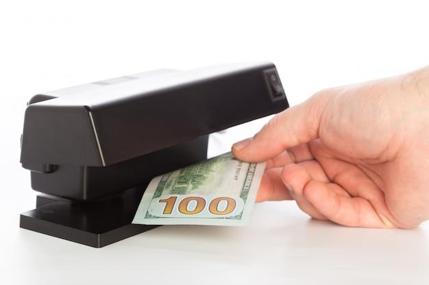 Geld checker geïsoleerd op wit