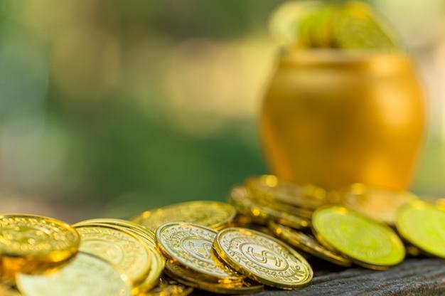 Geld concept opslaan en geld besparen om alles in het leven te ondersteunen met zonlicht bokeh achtergrond