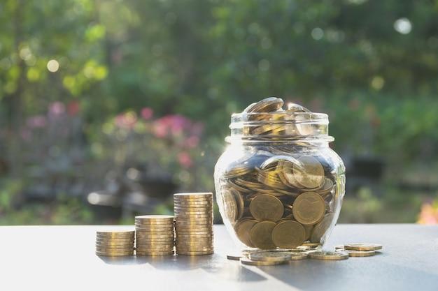 Geld concept opslaan met geld munt in de pot voor het bedrijfsleven