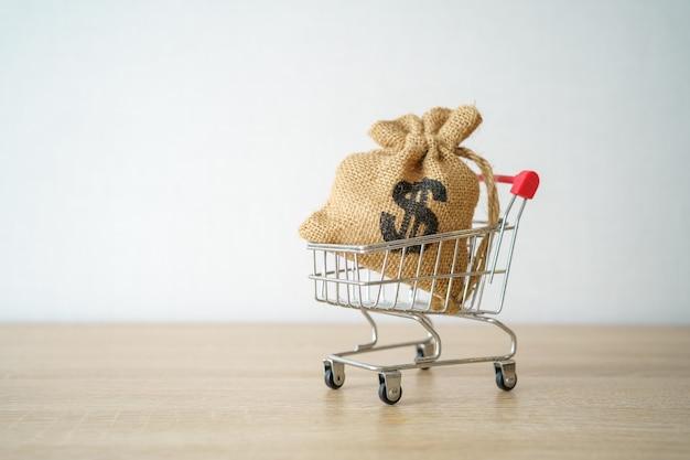 Geld concept opslaan van het verzamelen van munten (thais geld) in een winkelwagentje