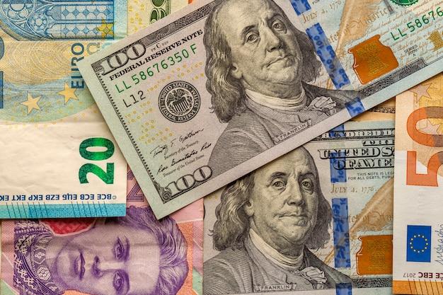 Geld en financiën. honderd dollar nieuwe factuur op kleur