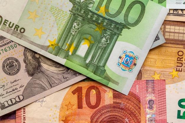 Geld en financiënconcept. honderd euro nieuwe factuur op colorfu