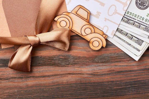 Geld en lint boog. pyrografie auto en blanco papier. chique en rijk geschenk.