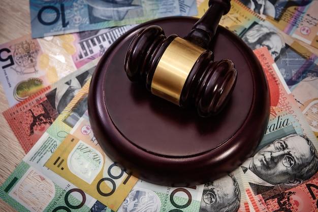 Geld en rechtvaardigheidshamer met kleurrijke australische dollarbankbiljetten