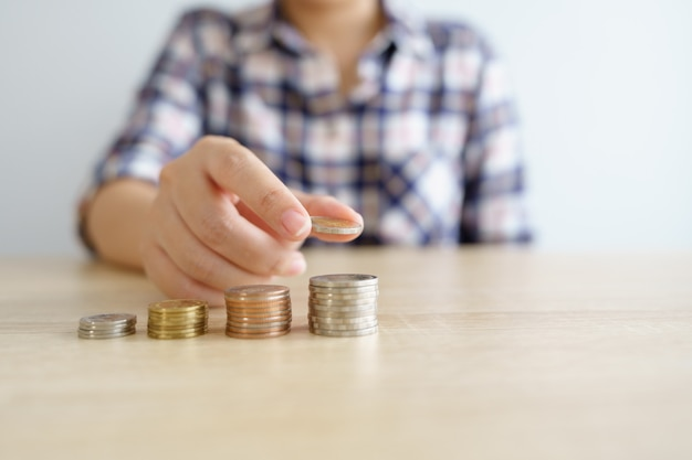 Geld, financieel, bedrijfsgroeiconcept, stapel munten voor denken en plannen.