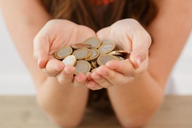 Geld, financiën. vrouw met hoop munten