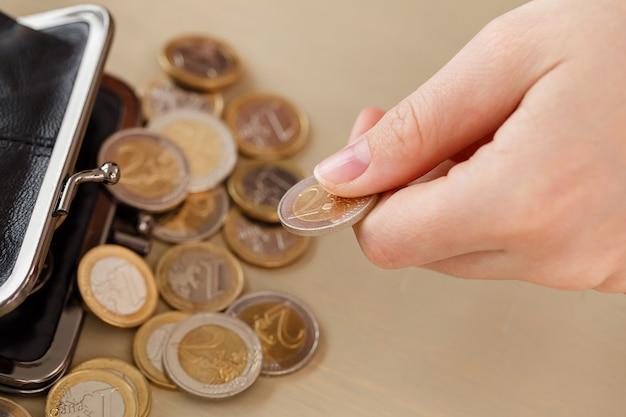 Geld, financiën. vrouw met portemonnee