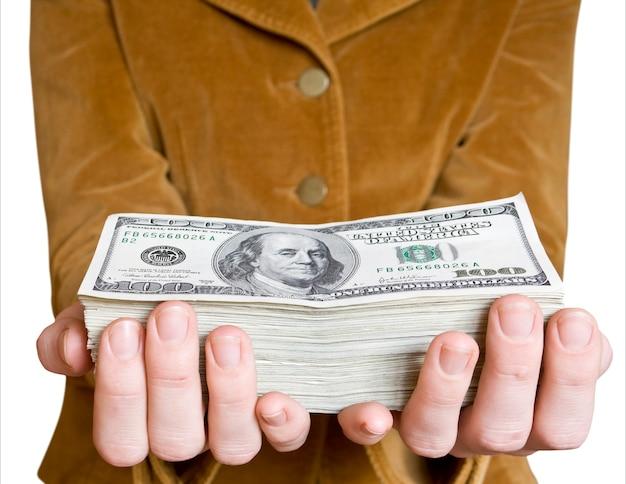 Geld in de hand van een zakenman op het wit