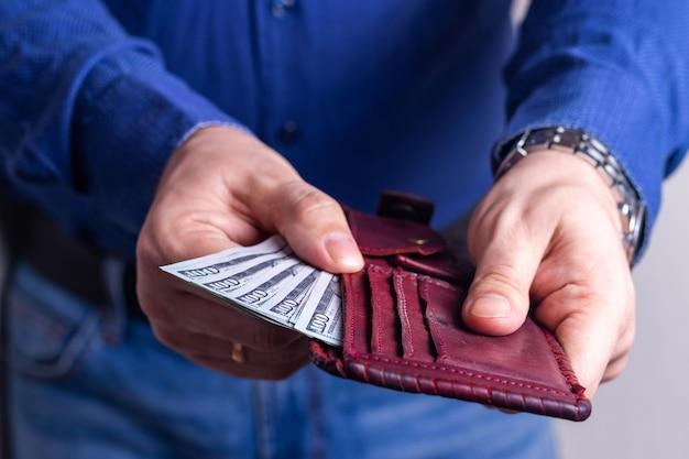 Geld in de portemonnee van een succesvolle man