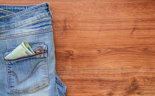 Geld in de zak van jeans. selectieve aandacht.
