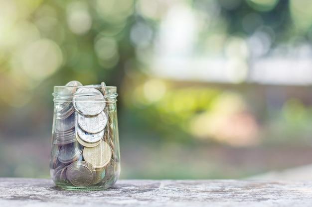 Geld in een glazen pot. besparingen concept