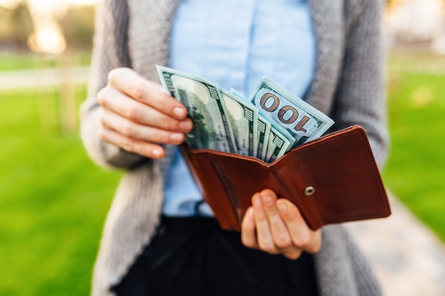 Geld in je portemonnee. een man haalt geld uit zijn portemonnee. bedrijfsconcept, inkomsten, geld
