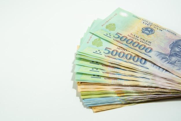Geld in vietnam op hand, dong, vnd, betaal, wisselgeld op witte achtergrond wordt geïsoleerd die.