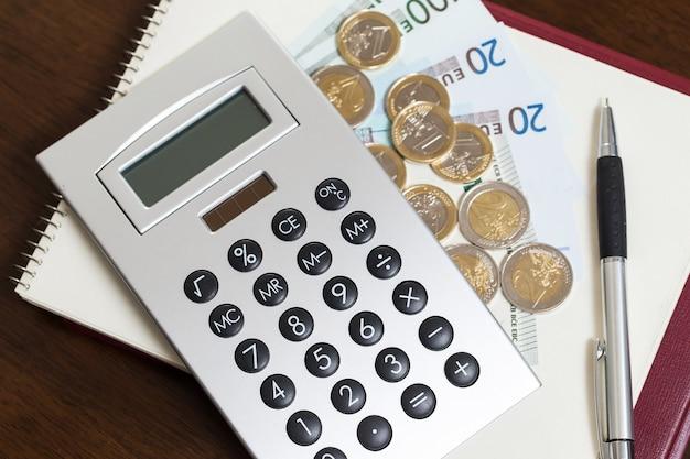 Geld, kladblok en rekenmachine op tafel