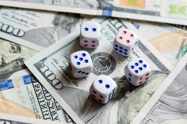 Geld met dobbelstenen. concept van succes en winnen.