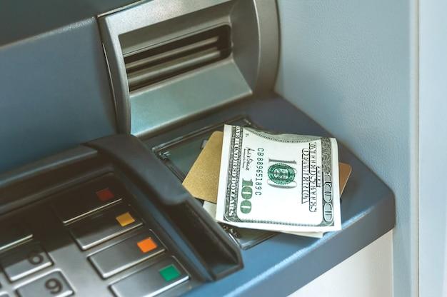 Geld met een bankpas staat op de geldautomaat.
