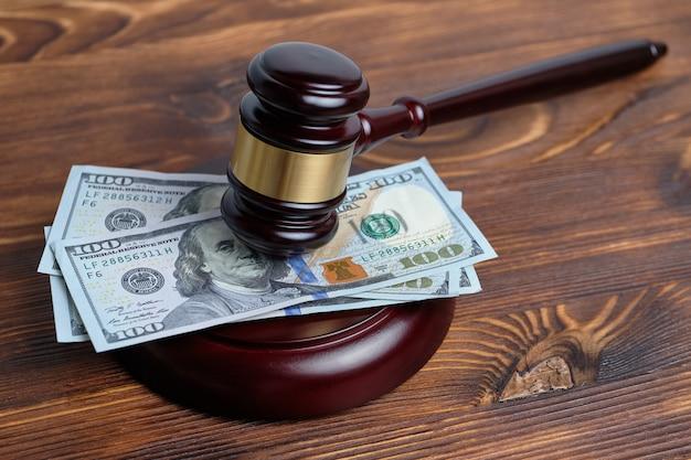 Geld onder de rechterhamer als een concept van gerechtelijke kosten