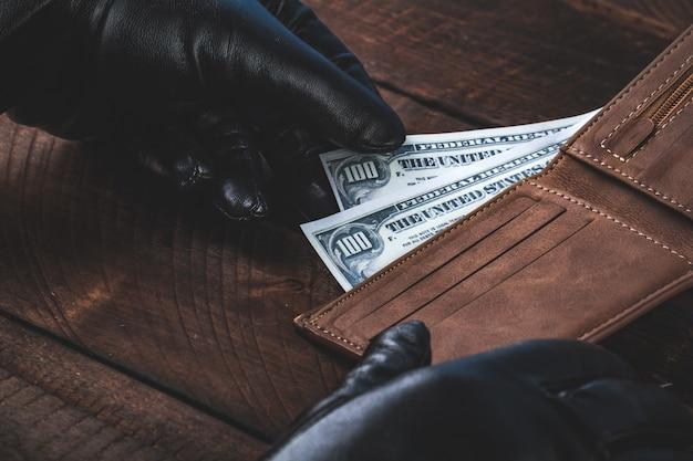 Geld stelen uit een portemonnee. diefstal concept.