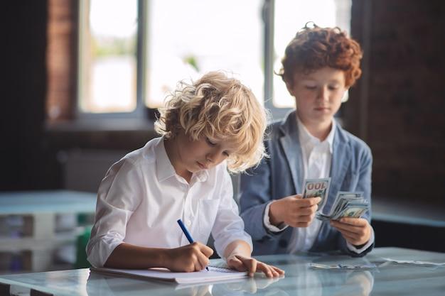 Geld tellen. twee vrienden die aan het tellen waren, bespaarden geld en zagen er druk uit