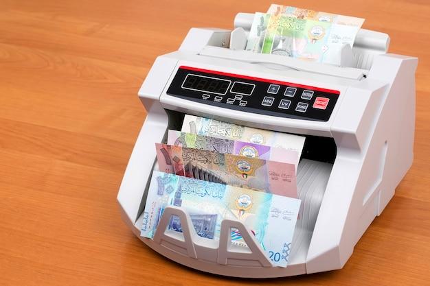 Geld uit koeweit in een telmachine