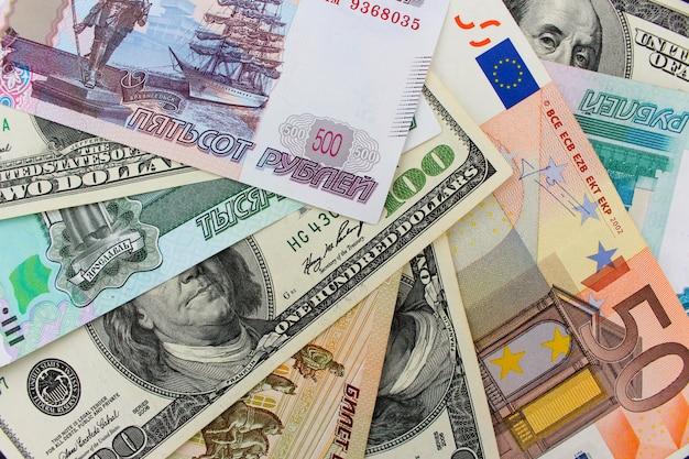 Geld uit verschillende landen: dollars, euro's, hryvnia, roebels