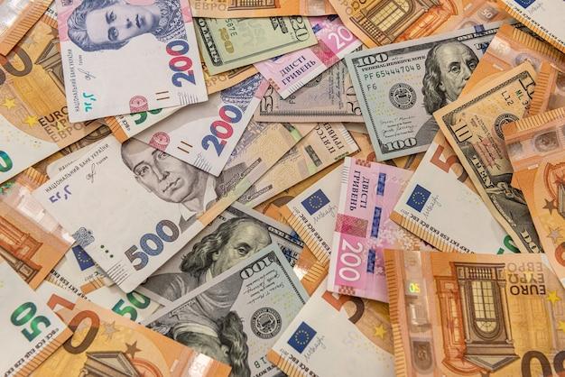 Geld uit verschillende landen hryvnia, dollars en euro's als financiële achtergrond