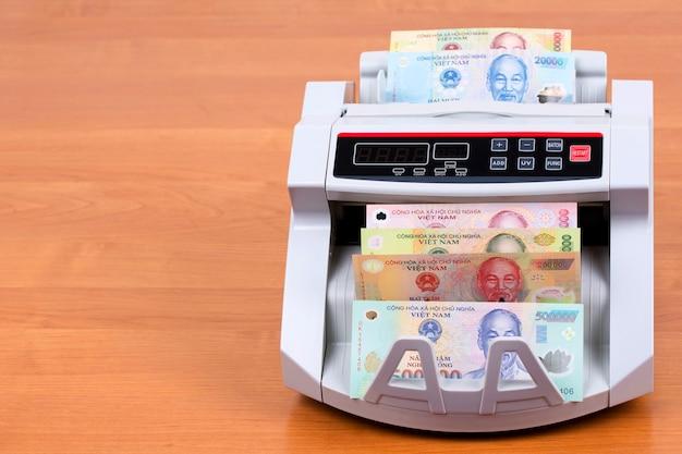 Geld uit vietnam in een telmachine