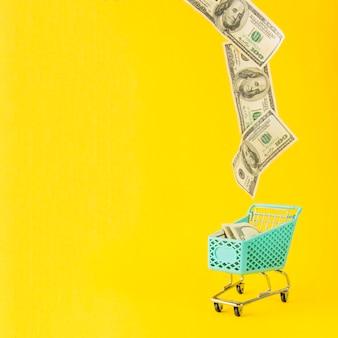 Geld vliegt vanuit supermarkt winkelwagen