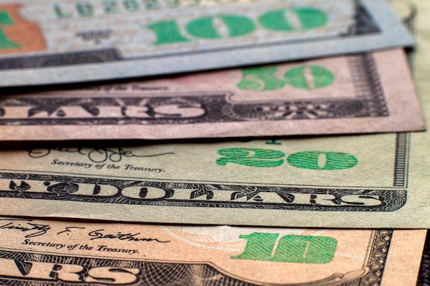 Geld, welvaart en financiën. abstract licht van de amerikaanse nationale bankbiljetten van de vs, details van keurig gestapelde rekeningen die honderd dollars waard zijn.