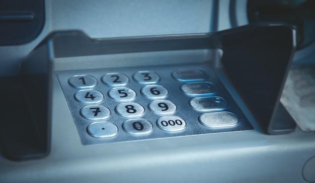 Geldautomaat met toetsenbord en knoppen