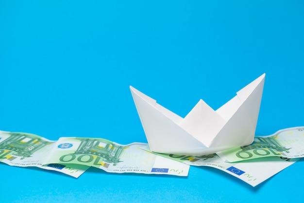 Geldbankbiljetten en papieren boten. bedrijfsconcept